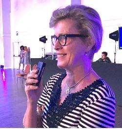 Intérprete Vivian Haynes utilizando aparelho de tradução simultânea portátil
