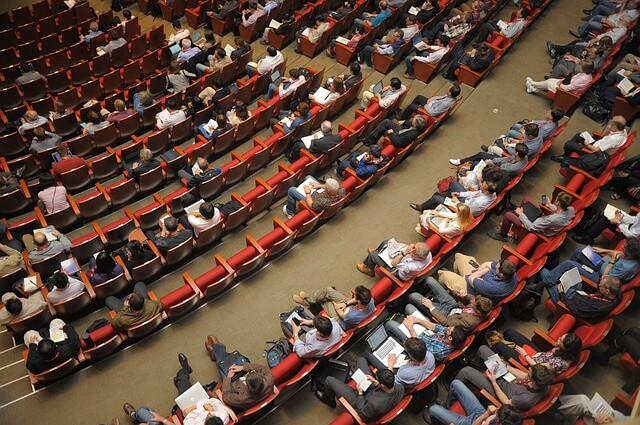 Auditório com pessoas - tradução São Paulo e tradução simultânea sp