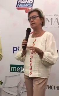 Vivian Haynes, intérprete executando tradução para coaching na palestra
